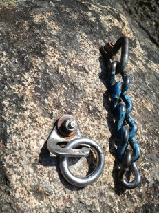 OK: Fixe rappel ring with welded cold shut + chain rappel station.